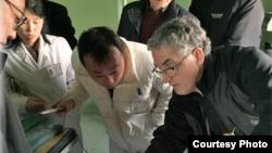 최근 방북한 조선의 그리스도인 벗들 관계자가 북한 의료진에게 의료기구 사용법을 설명하고 있다. 사진 출처: CFK '2019 4월 소식지'.