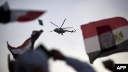 埃及軍方直升機在穆爾西支持者穆斯林兄弟會抗議者上空盤旋