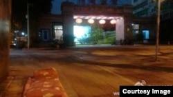 刘沙沙在看守所外打的地铺。(刘沙沙微博图片)
