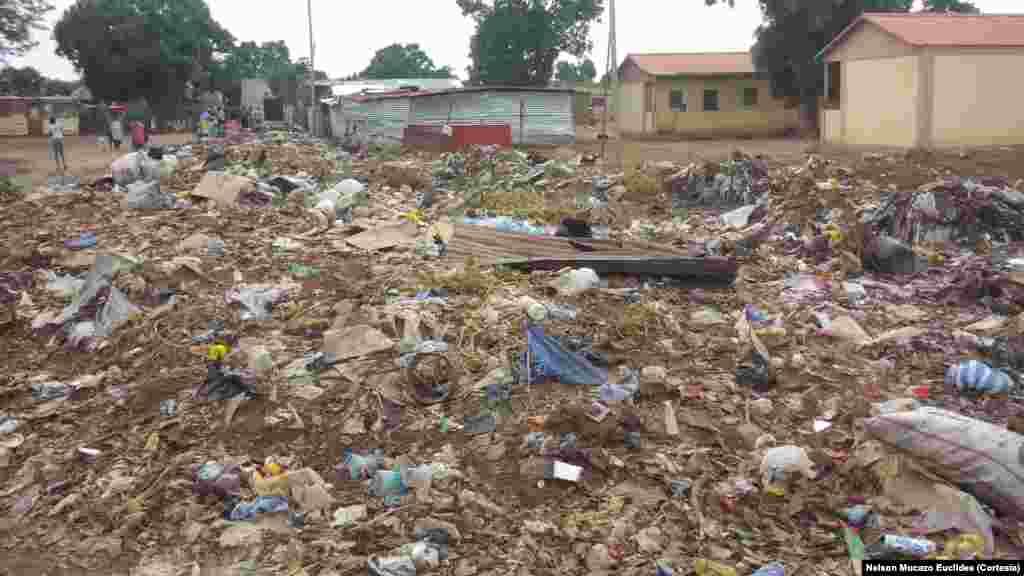 Lixo no bairro Kapango no município de Luena, Moxico.