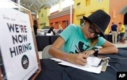 지난 4일 미국 플로리다주 스윗워터시에서 열린 취업박람회에서 한 구직자가 지원서를 작성하고 있다.