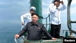 북한관영 `조선중앙통신'은 김정은 국방위원회 제1위원장이 동해 잠수함 부대인 제167군 부대를 방문했으며 직접 잠수함에 올라 훈련을 지휘했다고 16일 보도했다.
