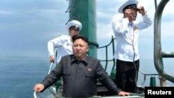 지난해 6월 동해 잠수함 부대인 제167군 부대를 방문한 김정은 국방위원회 제1위원장이 잠수함에 올라 직접 훈련을 지휘했다고 북한관영 `조선중앙통신'이 보도했다. (자료사진)
