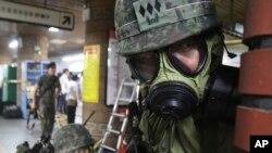 Tentara Korea Selatan dalam latihan militer bersama AS-Korea Selatan di sebuah stasiun kereta api di Seoul, 20 Agustus 2013.