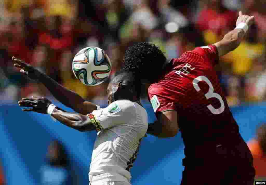 گھانا کے عبدل مجید وارث اور پرتگال کے پیپی فٹ بال کے لیے ایک دوسرے سے جھگڑتے ہوئے