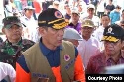 Kepala BNPB Letjen TNI Doni Monardo berbicara dengan warga yang baru terkena bencana (Foto: BNPB).
