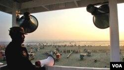 واچ ٹاور سے دور تک پھیلے ساحل کا ایک نظارہ ۔ گاڑد بھی نمایاں