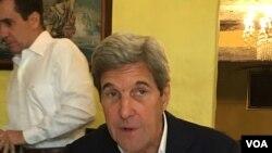 រដ្ឋលេខាធិការលោក John Kerry និយាយជាមួយអ្នកកាសែតនៅទីក្រុង Cartagena ប្រទេសកូឡុំប៊ីកាលពី ថ្ងៃទី២៦ កញ្ញា ២០១៦។(Photo: Steve Herman / VOA)