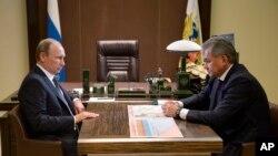 عکس آرشیوی از دیدار ولادیمیر پوتین رئیس جمهوری روسیه (چپ) با سرگئی شویگو وزیر دفاع آن کشور در سوچی - ۱۵ مهر ۱۳۹۴