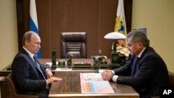 俄罗斯总统普京(左)和俄罗斯国防部长谢尔盖·绍伊古(右)