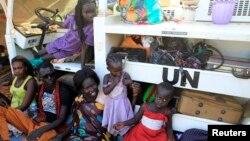 Des familles déplacées vivent dans un camps près de la base Tomping l'ONU non loin de l'aéroport international de Juba, 24 décembre 2013.