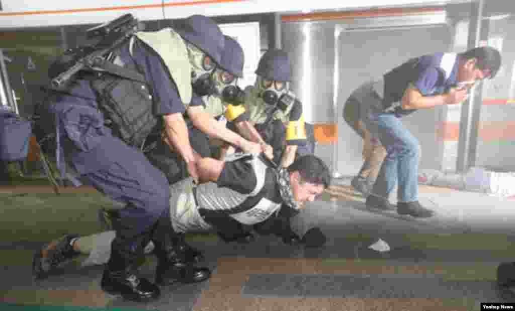 을지 프리덤가디언 연습 이틀째인 20일 서울 지하철 역에서 민·관·군·경 합동 대응 훈련에 참가한 경찰들이 테러범을 제압하고 있다.