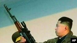 本月初北韓電視台公佈的金正恩手持步槍的照片