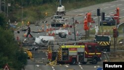 23일 영국 브리톤 인근에서 에어쇼에 참가한 전투기가 도로로 추락하는 사고가 발생해 구급 요원들이 출동했다.