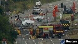 Petugas melakukan penyelidikan pasca jatuhnya pesawat tempur Hawker Hunter yang jatuh saat pameran udara di Shoreham, Inggris, 23 Agustus 2015 (foto: dok).