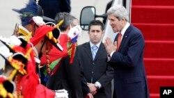 美国国务卿克里(右)2013年4月12日抵达韩国首都首尔军用机场时受到迎接