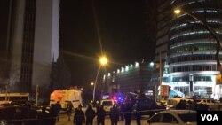 Police create a barrier in Ankara after a gunman shot Russia's ambassador to Turkey at an art exhibition. (Y.Yazicioglu/VOA)