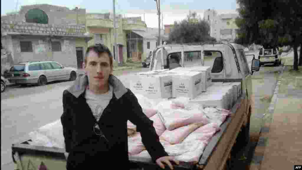 Foto tanpa tanggal ini menunjukkan Peter Kassig berdiri di belakang truk di sebuah lokasi yang tidak diketahui.