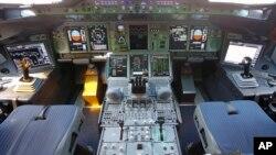 Unutrašnjost pilotske kabine Erbasa A380 Katar Ervejza predstavljen na Avio sajmu u Parizu u junu 2015.