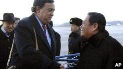 지난 2010년 12월 북한을 방문한 빌 리처드슨 전 뉴멕시코 주지사(왼쪽)가 리근 북한 외무성 미국국장과 악수를 나누고 있다. (자료사진)