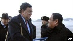 استقبال یک مقام وزارت امورخارجه کره شمالی از بیل ریچارد سون (چپ) در پیونگ یانگ - دسامبر ۲۰۱۰