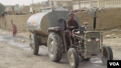 A large tank carrying water in the area around Quetta. (Ayaz Gul for VOA News)