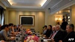 Phái đoàn Thượng nghị sĩ Mỹ John McCain, Joseph Lieberman, Sheldon Whitehouse, và Kelly Ayotte nói chuyện với các nhà báo tại Đại sứ quán Hoa Kỳ ở Bangkok, Thái Lan hôm 21/1/12