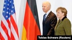 Anqela Merkel və Co Bayden 2013-cü ildə Berlin görüşü zamanı