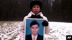 Chea Vichea's wife holding a picture of her late husband, Chea Vichea, file photo.