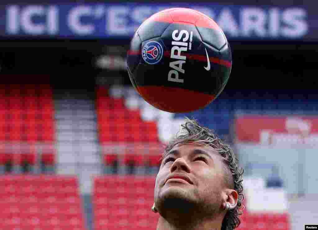 Neymar contrôle le ballon avec sa tête, au Parc des Princes à Paris, le 4août 2017.