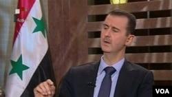 Presiden Suriah Bashar al-Assad tampil dalam siaran televisi nasional hari Minggu malam (21/8).