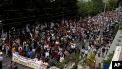 Ribuan warga ikut ambil bagian dalam aksi protes yang digelar di luar kantor pusat stasiun televisi nasional Yunani (ERT), 13 Juni 2013. Serikat pekerja Yunani mengimbau masyarakat untuk melakukan aksi mogok 24 jam di Athena, menentang keputusan pemerintah Yunani untuk menutup ERT (13/6).