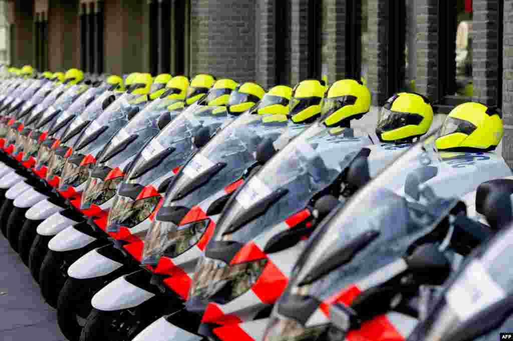 네덜란드 헤이그에서 24일부터 핵안보정상회의를 개최하는 가운데, 외교부 건물 앞에서 기동경찰들이 브리핑에 앞서 대기하고 있다.