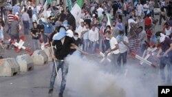 Người biểu tình đụng độ với lực lượng an ninh sau tang lễ của Thiếu tướng Wissam al-Hassan, 21/10/12