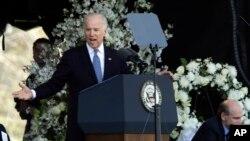 美國副總統拜登參加為一個校警舉行的葬禮儀式上說發表講話。
