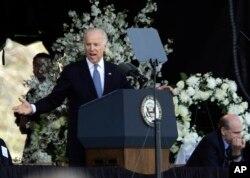 美国副总统拜登在麻省理工学院校警追思会上讲话