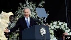美国副总统拜登在麻省理工学院校警追悼会上讲话