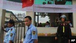 Nhân viên bảo vệ tại công nhà máy sản xuất của Singapore trong khu công nghiệp Bình Dương, Việt Nam.