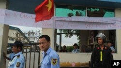 Nhân viên bảo vệ canh gác tại lối vào một nhà máy sản xuất của Singapore trong khu công nghiệp ở Bình Dương.