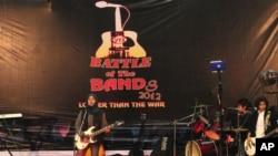 """印控克什米尔""""曙光"""" (Pragaash)少女摇滚乐队2012年12月23日在斯利那加年度音乐赛上表演"""
