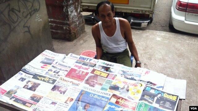 Penjual koran di Rangoon, Oo Zay Yar, mengatakan Burma menyambut kedatangan Presiden Barack dengan harapan dapat membantu meningkatkan pembangunan ekonomi, sosial dan politik. (VOA/D. Schearf)