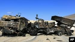 在的黎波里东部被联军空袭摧毁的军车