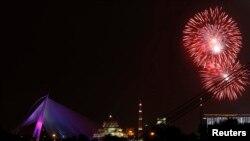 Kembang api di atas langit Putrajaya, Malaysia.