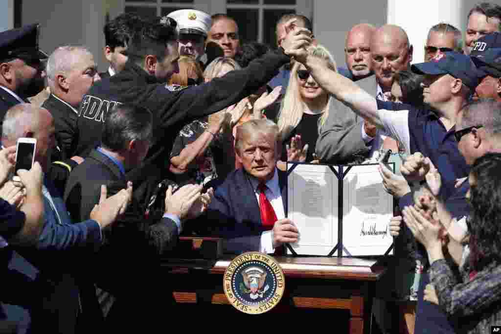 دونالد ترامپ رئیس جمهور آمریکا دوشنبه با امضای طرح صندوق پرداخت غرامت به قربانیان حملات یازدهم سپتامبر ۲۰۰۱، آن را به قانون تبدیل کرد. پیشتر عدم تامین بودجه این صندوق نگرانی هایی ایجاد کرده بود.