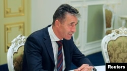 北约秘书长拉斯穆森8月7日在基辅会见乌克兰官员时讲话