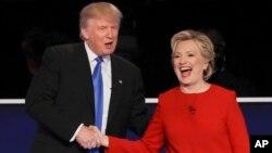 지난 26일 미국 뉴욕 호프스트라 대학교에서 열린 1차 대선 토론 종료 직후 악수하고 있는 도널드 트럼프(왼쪽) 공화당 후보와 힐러리 클린턴 민주당 후보.