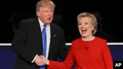 미국 대통령 선거에 출마한 도널드 트럼프 공화당 후보(왼쪽)와 힐러리 클린턴 민주당 후보가 26일 뉴욕에서 첫 토론회를 마친 후 악수하고 있다.