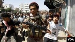 Suasana memanas di ibukota Yaman memicu bentrokan antara tentara pemerintah dengan anggota militer yang membelot untuk mendukung oposisi (29/9).