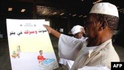 Nhân viên bầu cử Sudan kiểm tra các tấm quảng cáo vận động bầu cử