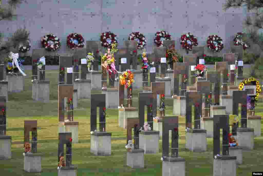 مراسم بيستمين سالگرد قربانيان بمبگذاری اوکلاهُماسيتی در بنای يادبود و موزه ملی اوکلاهُماسيتی در اوکلاهُما.